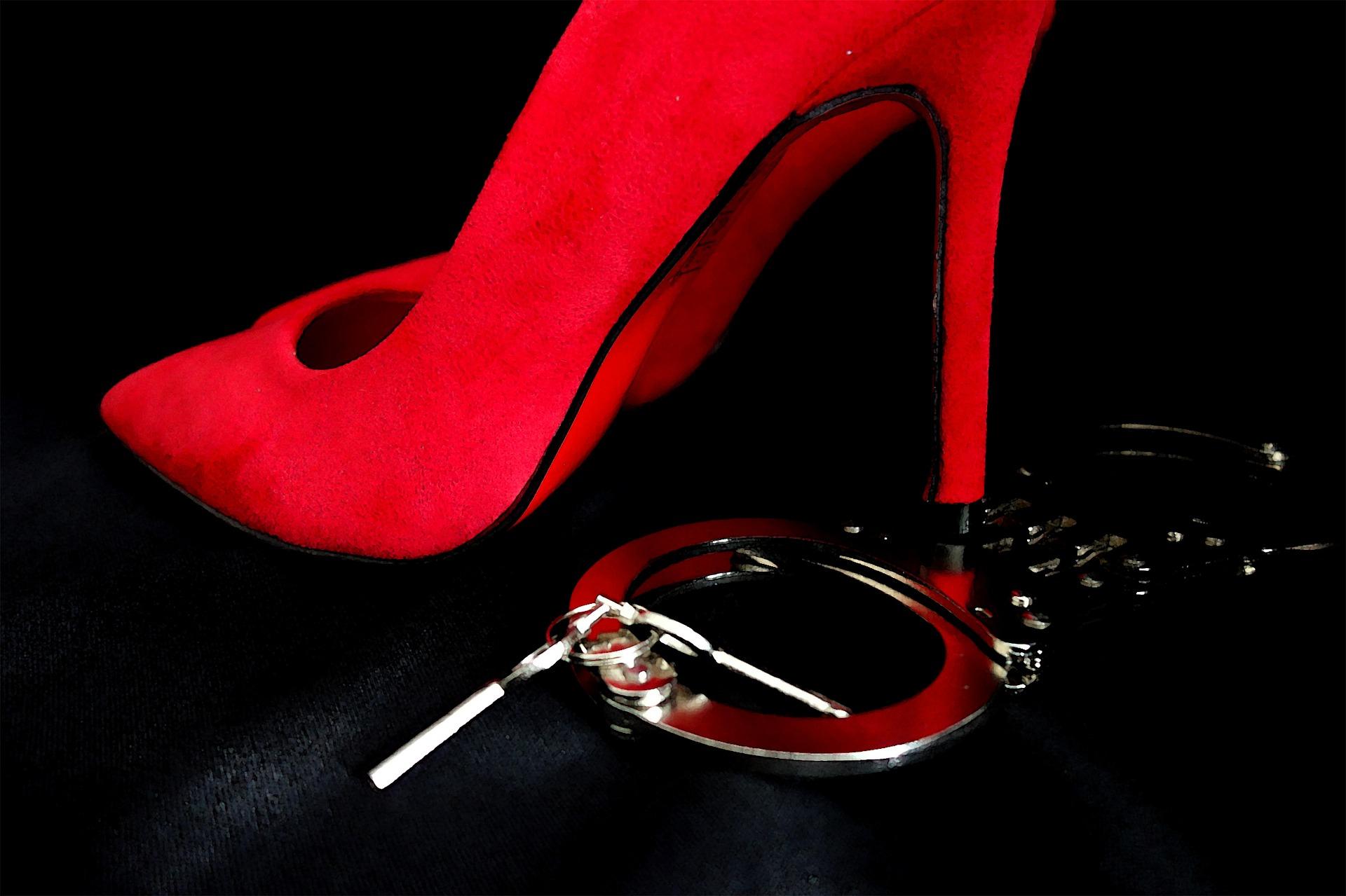 hauts talons-menottes-domination-femmes-dominantes