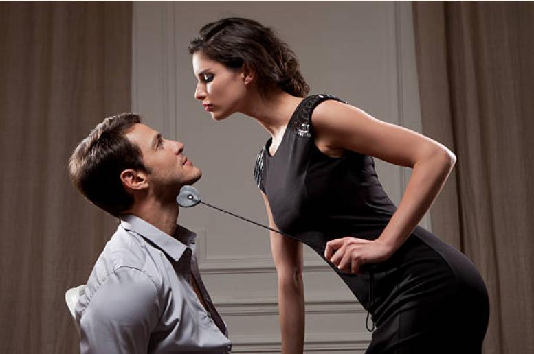 obéir à quelques ordres de la femme dominatrice